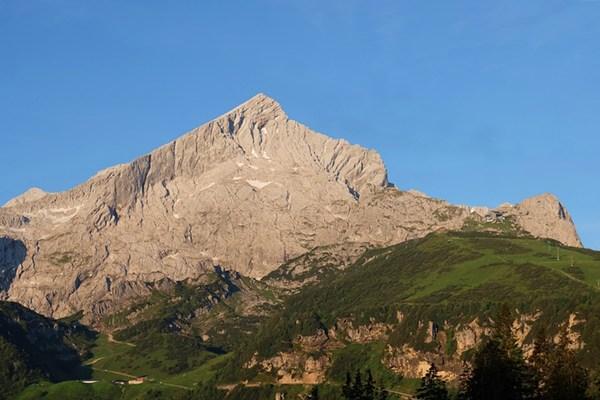 Blick von der Kreuzalm auf die Alpspitze, am frühen Morgen.