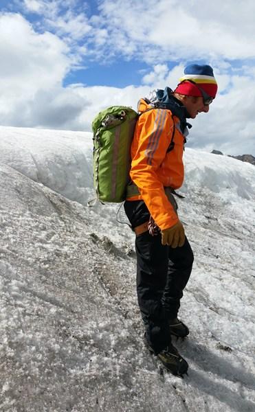 Der Bergführer macht vor, wie man mit Steigeisen bergab geht. (am Weißseeferner im Kaunertal, Bericht hier)