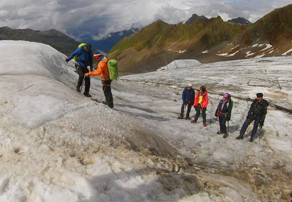Im Gletscherkurs lernt man das Gehen mit Steigeisen.