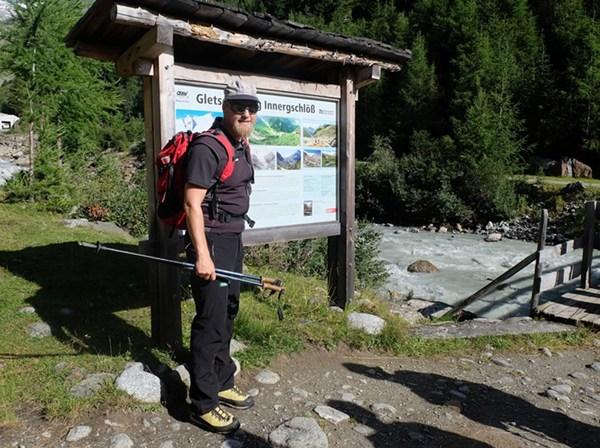 Nationalpark Ranger Emanuel am Beginn des Gletscherweges