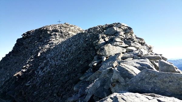 Endspurt: Gipfelkreuz vom Hohen Riffler in Sicht