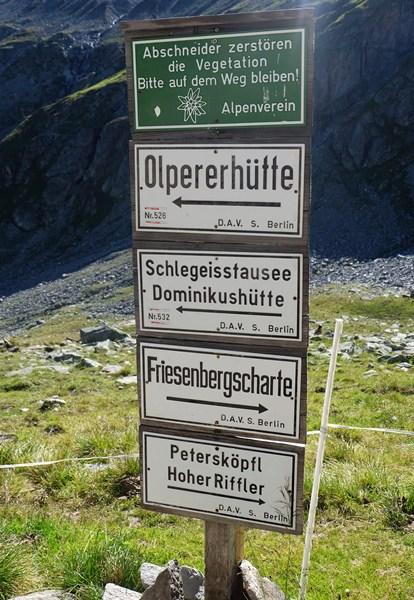 Wegweiser für Zillertal-Wanderer am Friesenberghaus