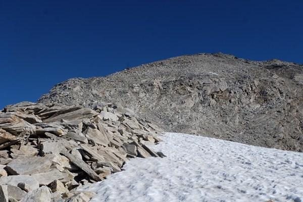 Schneereste auf dem Weg zum Gipfel