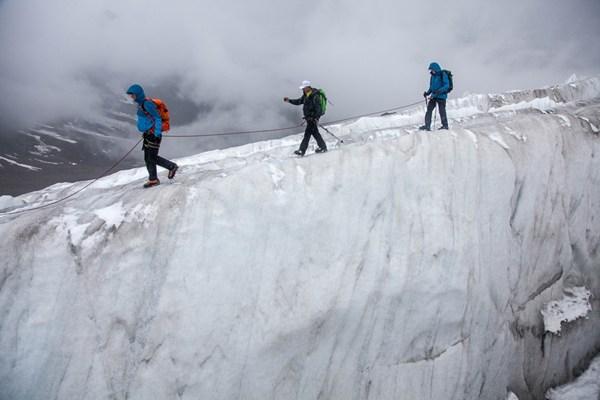 Drama an der Gletscherspalte? Tashi Tenzing macht trotzdem Fotos ;-) Foto: Chris Walch