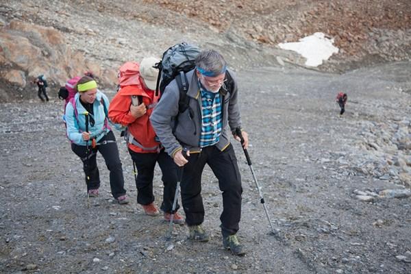 So was wie eine Seilschaft mit Wolfgang Nairz auf dem Weg zum Gletscher. Foto: Chris Walch