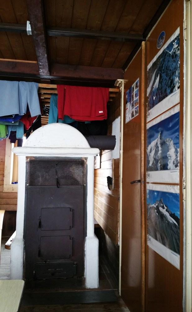 Am Kachelofen in Kärnten trocknet die Kleidung, während du in Tirol deinen Kaffee trinkst.