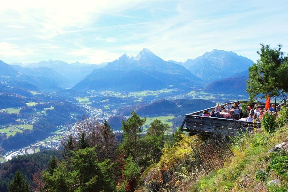 Terrasse der Paulshütte mit Aussicht auf Berchtesgaden