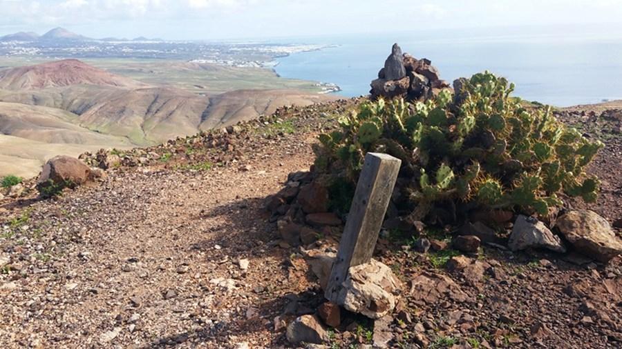 Am Gipfel des Morro de la Loma del Pozo (324m). Mit Gipfel-Kaktus und Blick auf Puerto del Carmen und Arrecife.