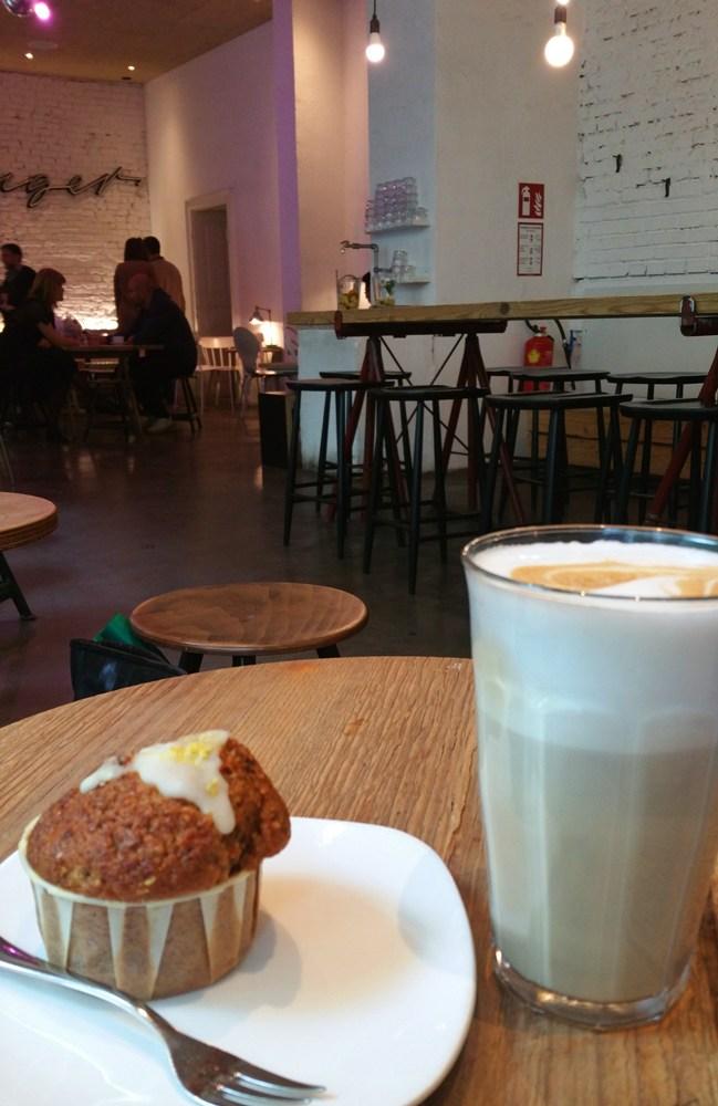 Kaffee und Muffin im Tribeka in Graz