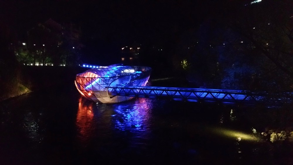 Die Murinsel in Graz bei Nacht