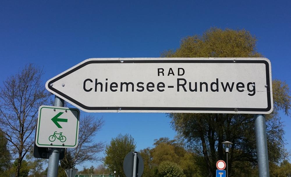 Wegweiser Chiemsee Rundweg mit dem Fahrrad