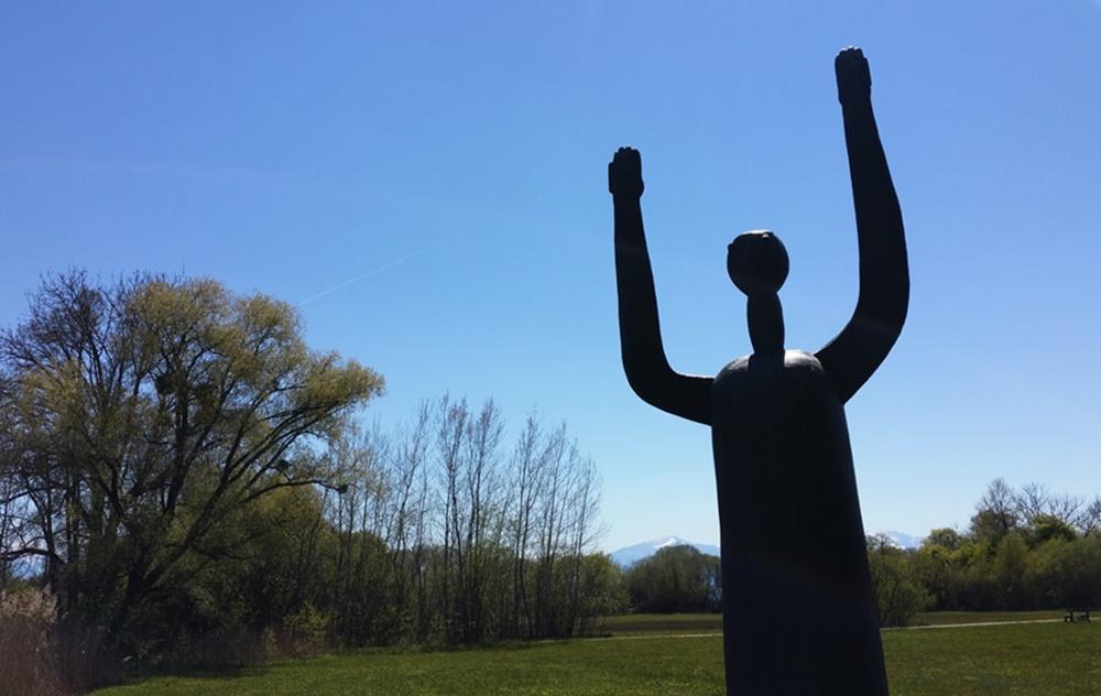 Jubelnde Skulptur am Chiemsee Nordufer