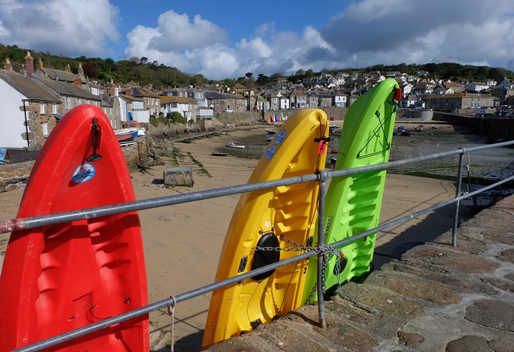 Bunte Kayaks in Mousehole/ Cornwall.