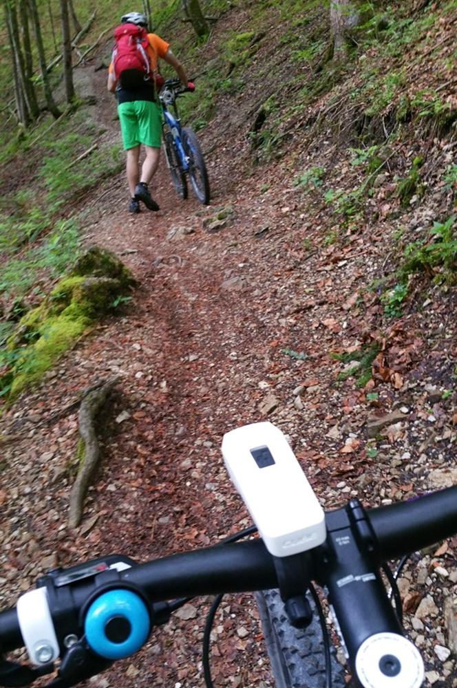 Fahrrad schieben im Wald, auf dem Weg zum Staubfall Wasserfall