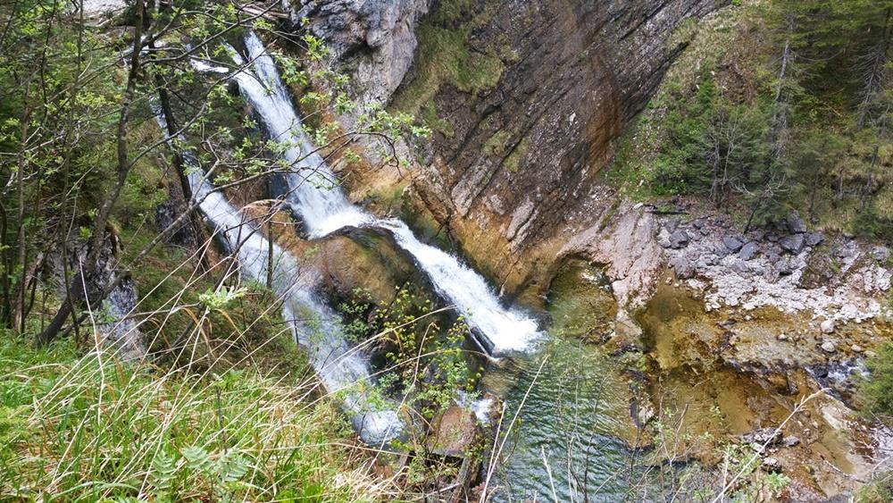 Aussicht vom Fahrrad auf noch mehr Wasserfälle unten im Fischbachtal.