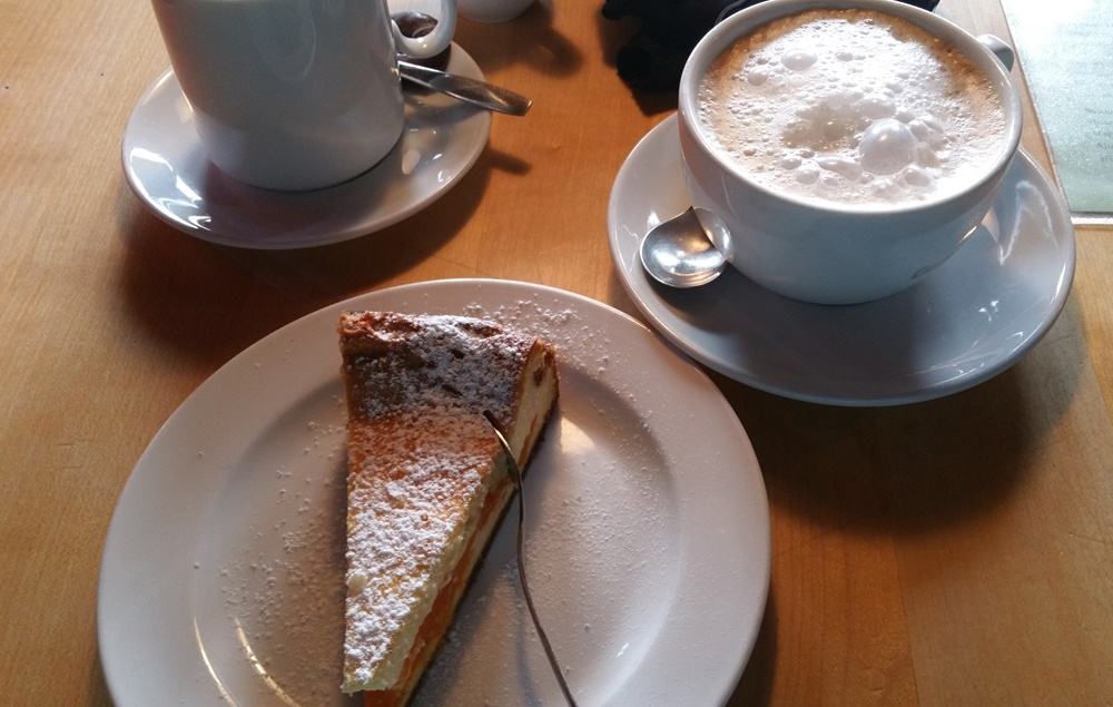 Kaffee und Kuchen auf der Traunsteiner Hütte