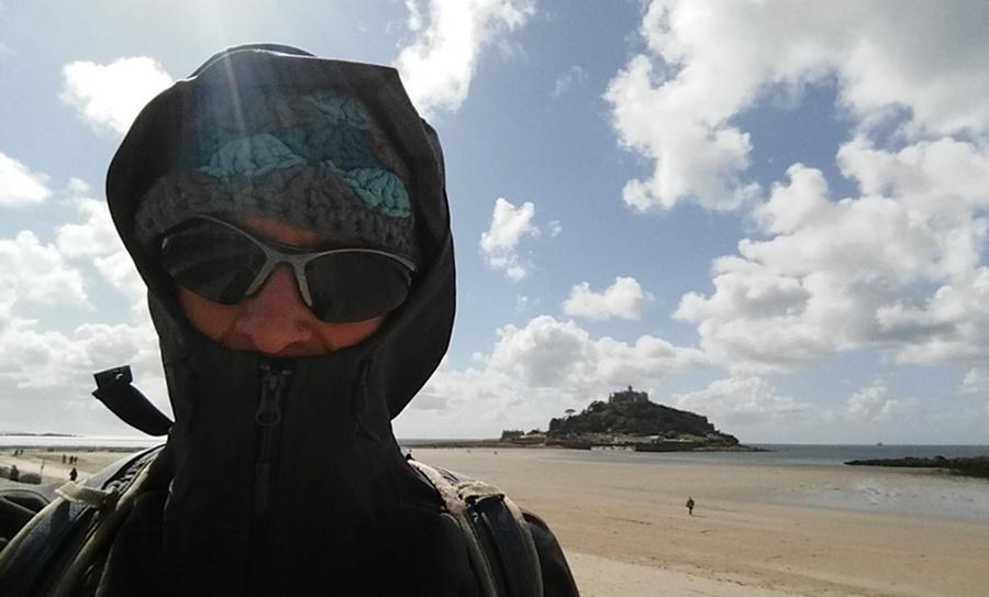 Ein windiger Tag in Cornwall! Ob die Jacke winddicht ist?