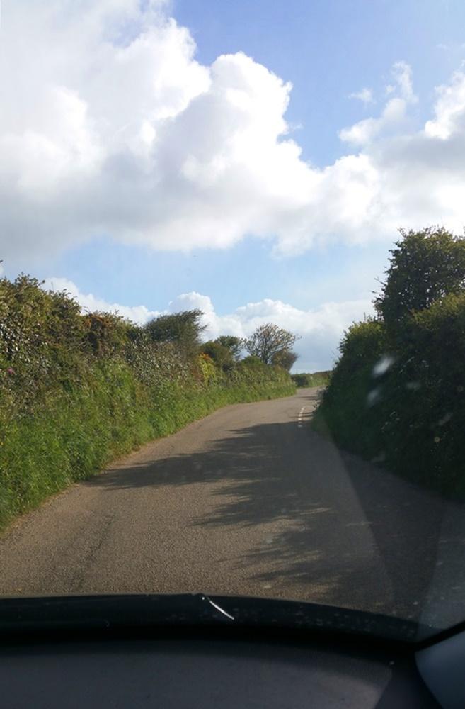 So ist das Autofahren in Cornwall: links und rechts hohe Hecken.