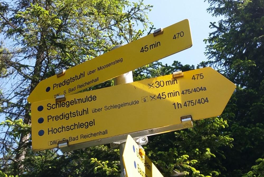 Wegweiser für Wanderer zum Hochschlegel bei Bad Reichenhall