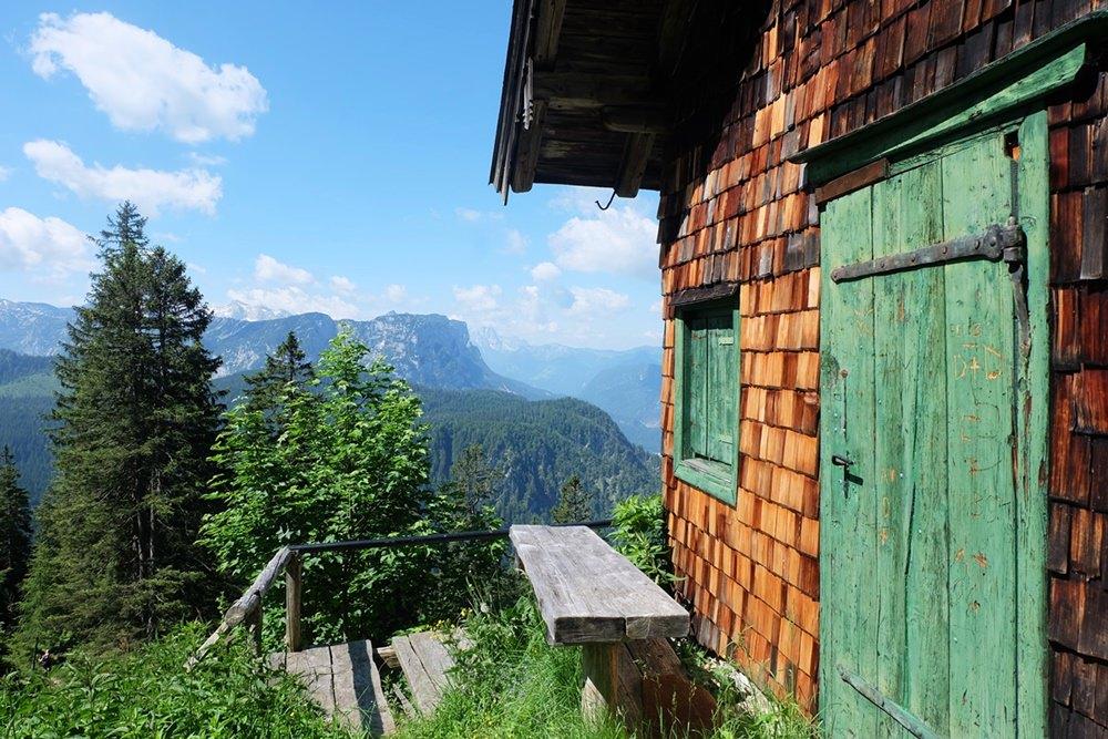 Schlegel-Diensthütte: ein sonniger Pausen-Platz auf dem Weg zum Hochschlegel