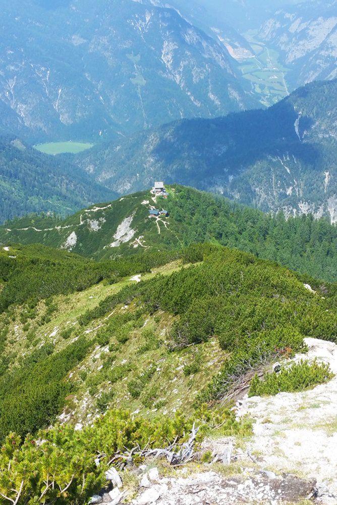 Blick vom Südwand Klettersteig zur Peter Wiechenthaler Hütte