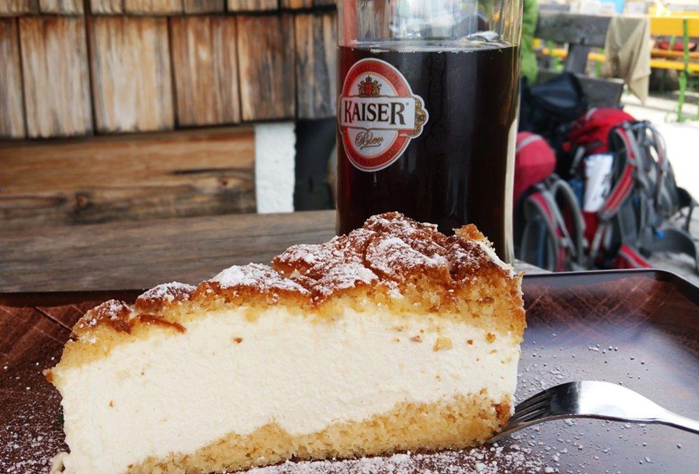 Kuchen und Spezi auf der Wiechenthaler Hütte nach der Klettersteigtour.