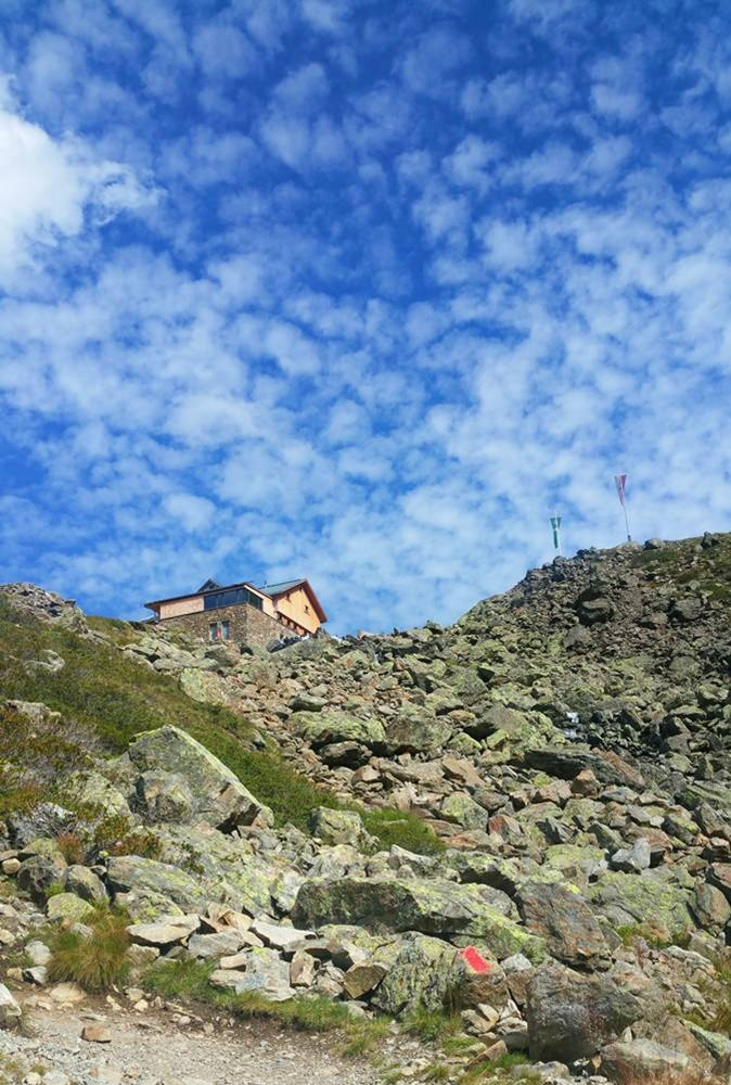 Dem Himmel über den Stubaier Alpen ein Stück näher: Hütte in Sicht