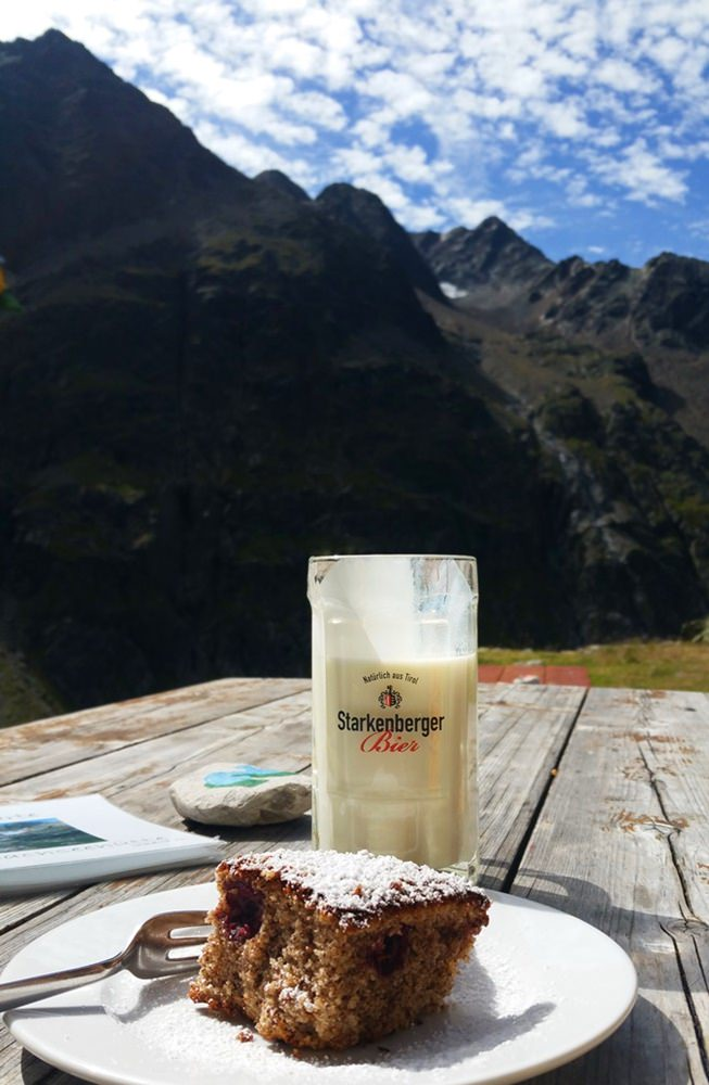 Kuchen mit Aussicht auf der Winnebachseehütte/ ötztal