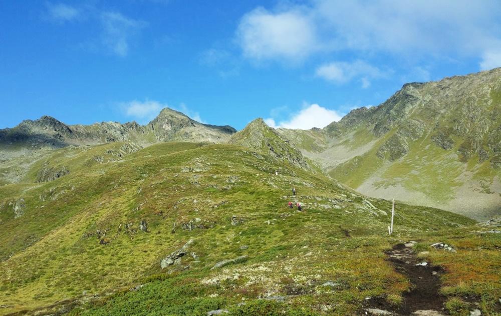 Sonniger Hügel beim 4-Seen-Marsch im Ötztal