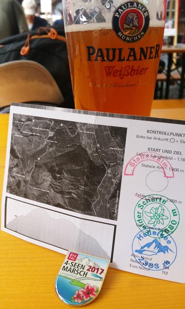 Im Ziel beim Ötztaler 4-Seen-Marsch: Bier und Medaille