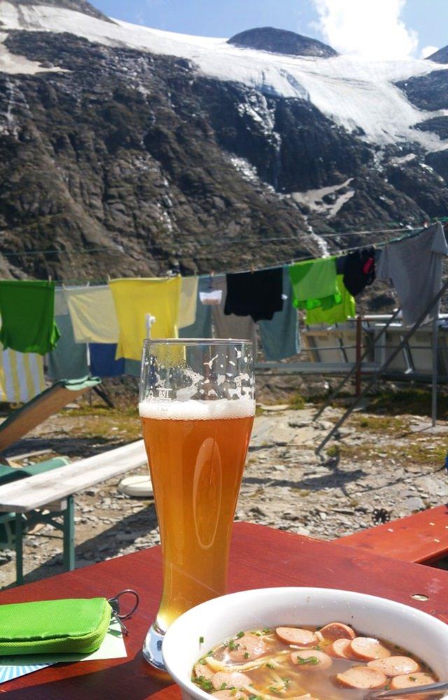 Mittagessen auf dem Heinrich Schwaiger Haus, idyllisch mit Bier und Wäscheleine.