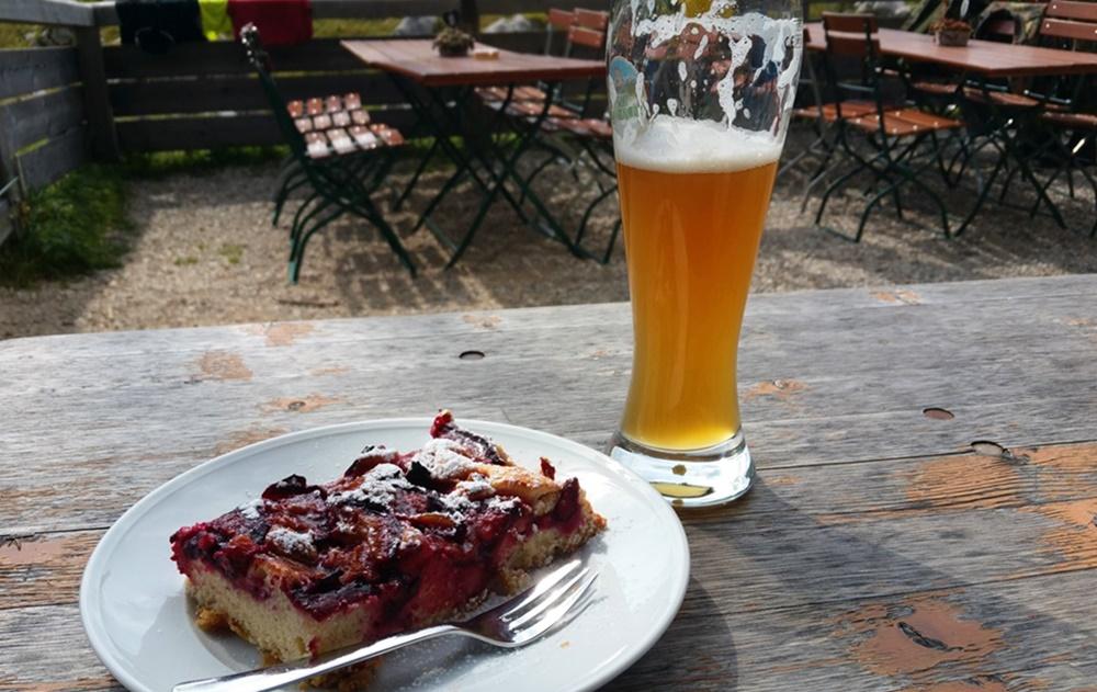 Beine ausstrecken, Kuchen und Weißbier genießen: nachmittags auf der Traunsteiner Hütte