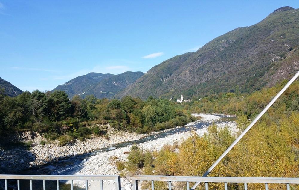 Eine Brücke über die Maggia und relativ flach bis zum nächsten Dorf. Genussradeln im Tessin | Schweiz