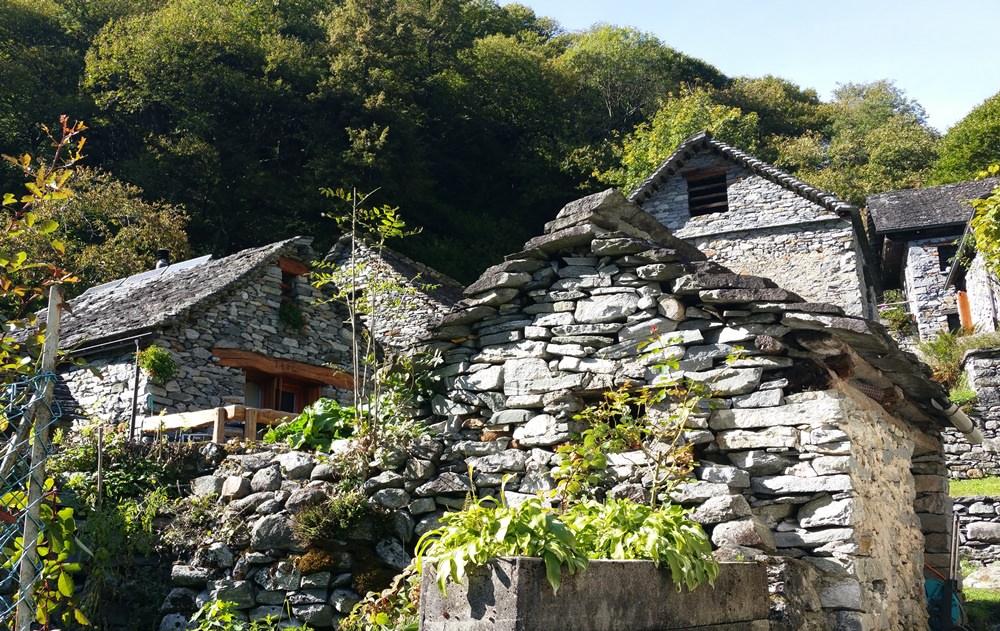 Foroglio - Tessiner Steinhäuser am Ende des Tals. Idyllisch und irgendwie gespenstisch. | Tessin, Schweiz