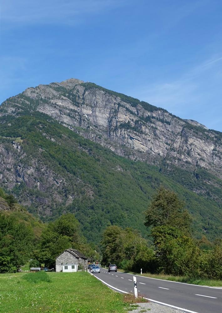 Bergblick im Maggiatal, radeln zwischen namenlosen Vorgebirgen | Tessin, Schweiz