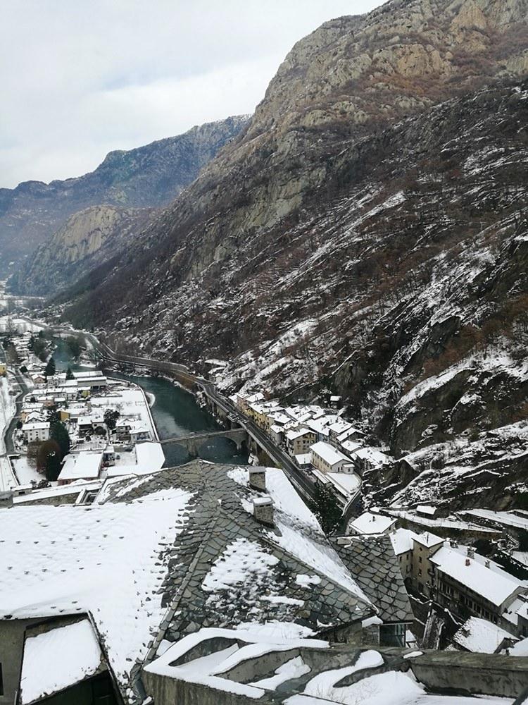 Blick von der Burg auf den Ort Bard am Eingang des Aostatals | Italien