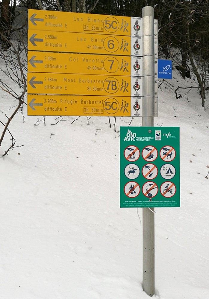 Wanderschilder für den Sommer und für erfahrene Schneeschuhgeher mit Orientierungssinn | Aostatal, Italien
