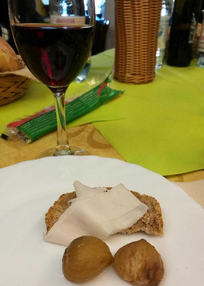 Kastanien, Brot, Lardo, Wein im Gressoney Tal | Aostatal, Italien