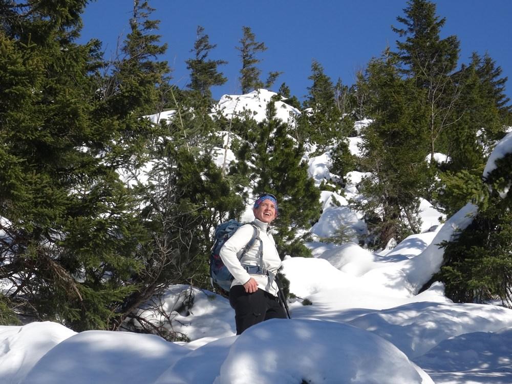 Sonne genießen in den Latschen auf dem Schneeschuh Weg zum Dürrnbachhorn in den Chiemgauer Alpen