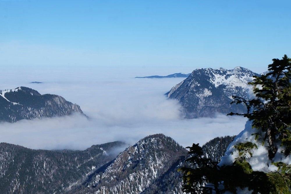 Blick vom Dürrnbachhorn nach Norden - im Nebel hinten erkennt man Zinnkopf und Stoißer Alm, davor Rauschberg und Unternberg