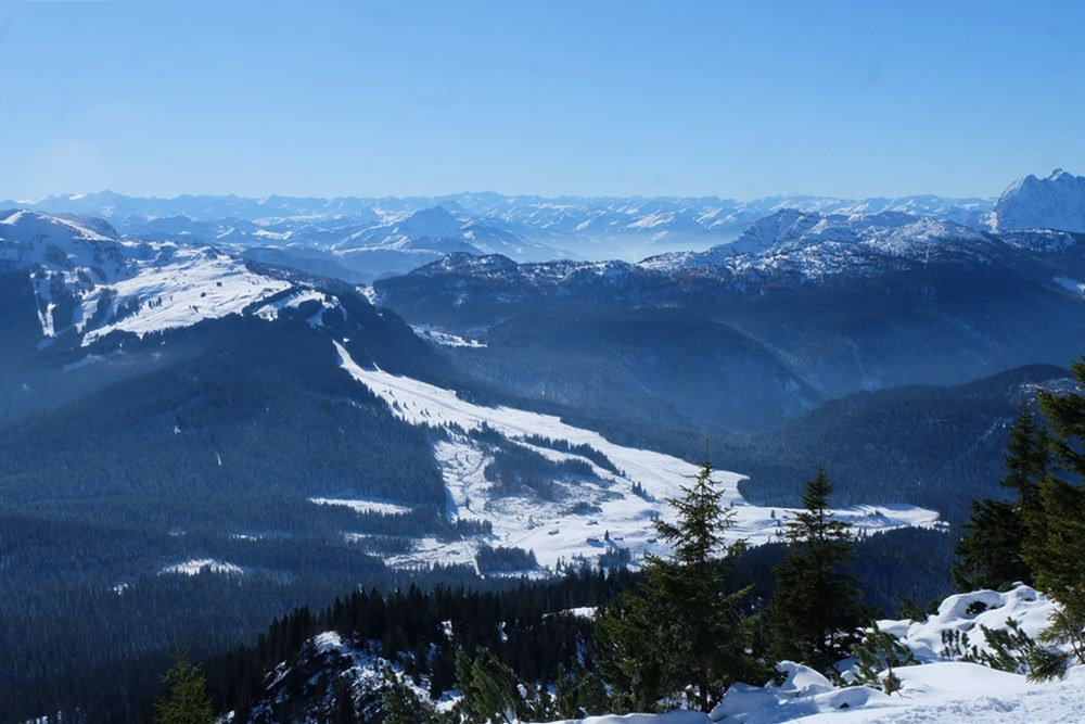 Blick vom Dürrnbachhorn zum Skigebiet Winklmoos-Alm/ Steinplatte, Richtung Kaisergebirge und Kitzbüheler Alpen