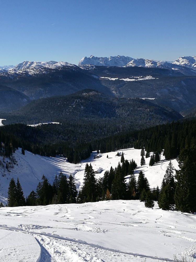 Blick hinunter nach Westen - vom Dürrnbachhorn zu den Dürrnbachalmen, mit Kaiserblick