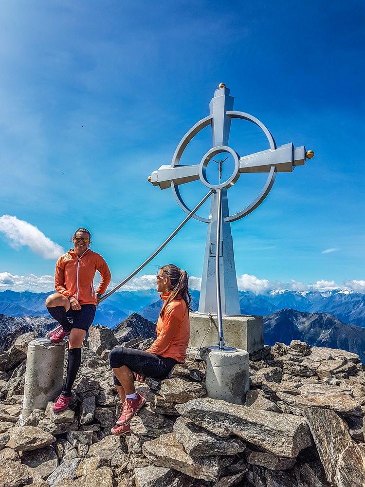 Die Berghasen am Glödis-Gipfelkreuz