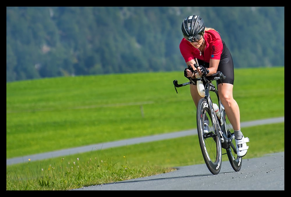 Training für die Triathlon Disziplin Radfahren bei Eiswürfel im Schuh