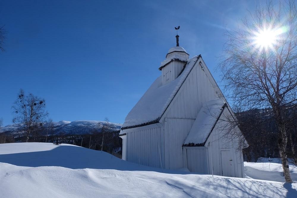 Auf dem Weg nach Hovden: weiße Holzkirchen im weißen Schnee | Norwegen