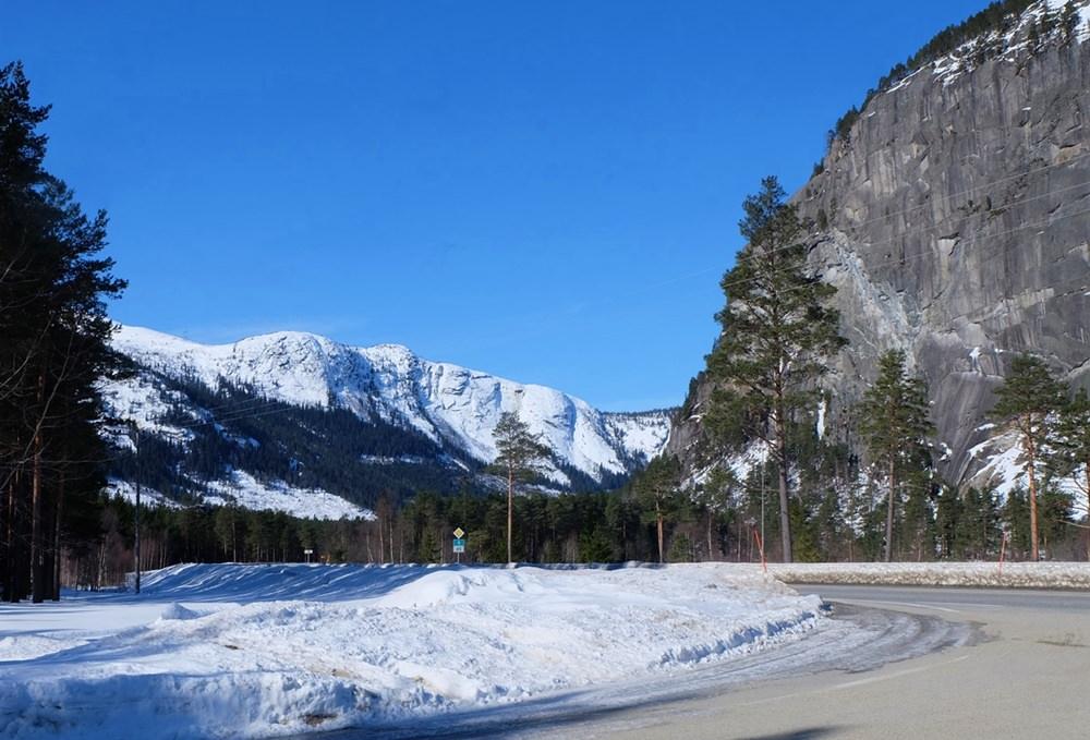 Fahrt durch Setesdal Tal im Winter im Süden von Norwegen