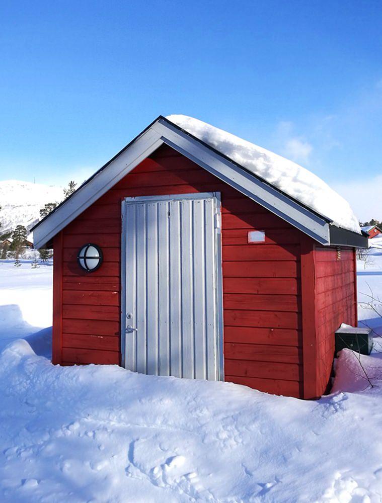 Typisches Norweger-Haus beim Winter-Spaziergang durch Hovden | Norwegen