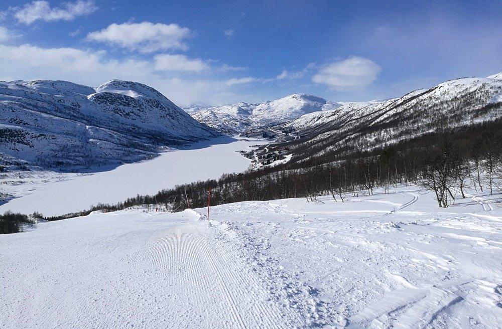 Rote Pisten mit Seeblick: im Skigebiet Hovden in Norwegen