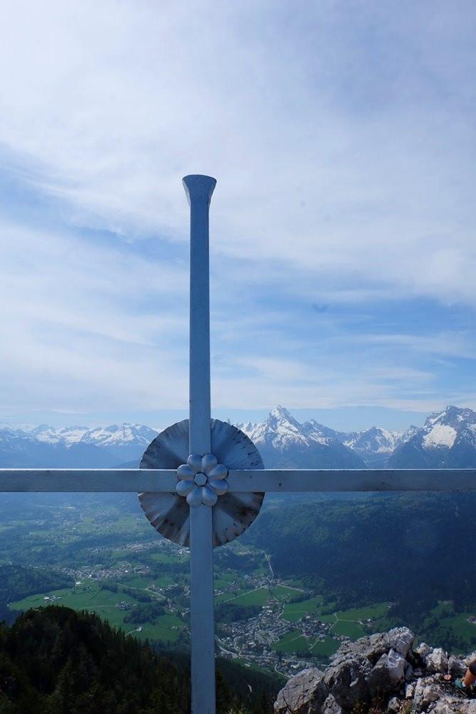 Das Gipfelkreuz am Rauhen Kopf, mit Blick zum Watzmann/ Berchtesgadener Alpen