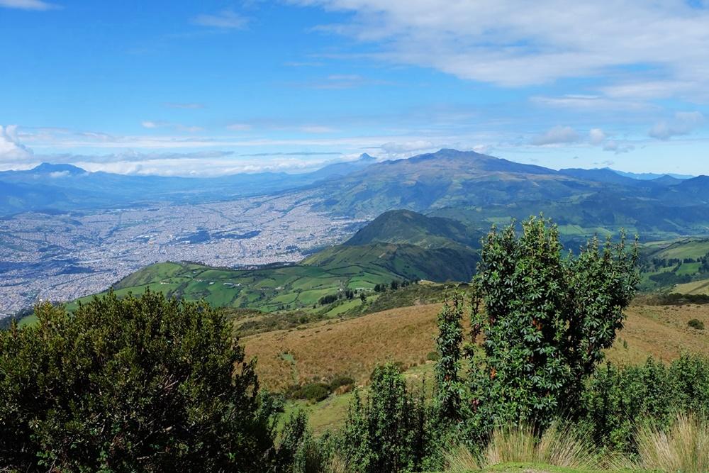 Blick vom Cruz Lomo auf Quito und die Vulkane am Horizont
